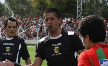Damián Gastó de la Liga de Escobar arbitra a Ferro
