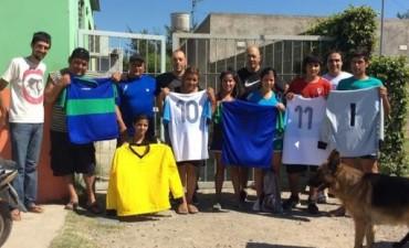 Bagú entregó camisetas de fútbol en el barrio Nicolás Avellaneda