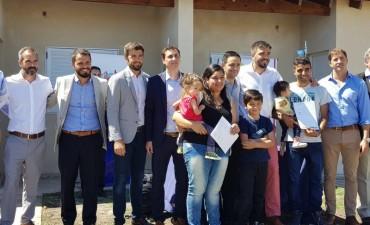 Entregaron viviendas sociales este jueves: objetivo del 2018 concluir Pikelado y UOCRA