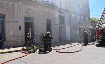 Seis dotaciones de bomberos combatieron un incendio en el Instituto Médico