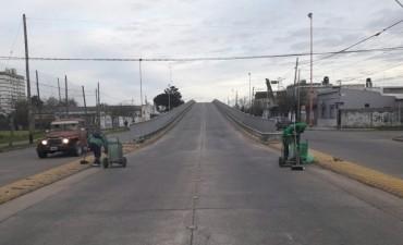 Trabajos de limpieza en el puente de avenida Colón