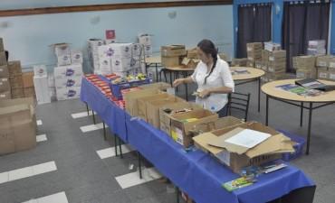 AOMA comienza a entregar los kits escolares y guardapolvos