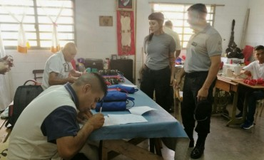 Sierra Chica: internos elaboran y donan cartucheras y servilletas de tela a entidad escolar