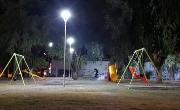 Una plaza iluminada para que los chicos puedan jugar
