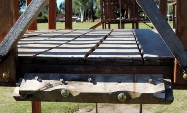 Solicitan mantenimiento de juegos infantiles en distintas plazas y paseos.