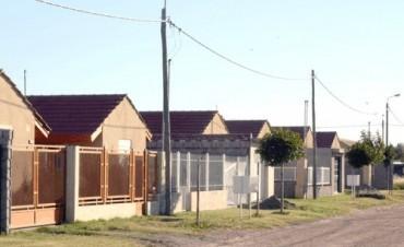 Entrega de viviendas en Educadores y recorrida por el Pickelado