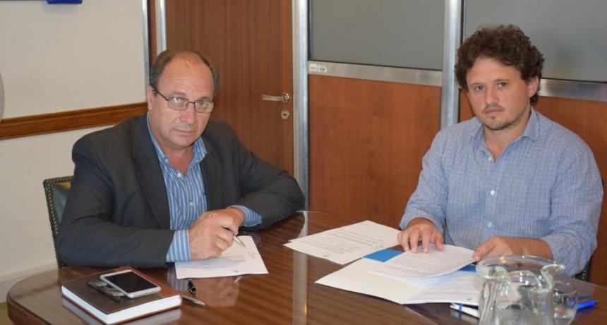 Alvear: Capra se reunió con el Director Nacional de Emergencias y Desastres Agropecuarios. Firmó convenio por una retro excavadora