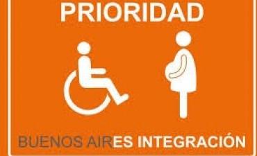Por Ley, priorizan la atención para embarazadas, mayores o personas con movilidad reducida