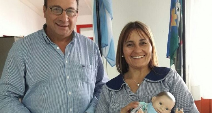 Alvear: El Intendente Capra entregó un ejemplar del muñeco Oli al Jardín de Infantes Nº 901
