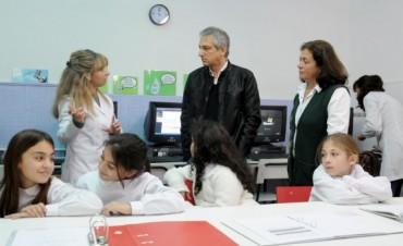 Eseverri y  Arregui recorrieron el laboratorio de la Escuela N°8