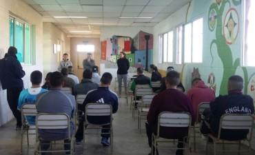 Entrenadores de voley del Club Estudiantes brindaron una clínica en la Unidad N° 27