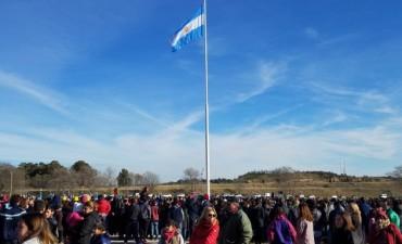 Con un marco excepcional, se izó la bandera en el mástil más alto de la región