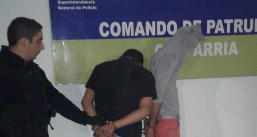Tras robar a remisero, ingresaron en una casa y fueron atrapados