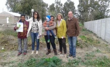 El sueño de la casa propia: Una familia recibió un lote en Colonia San Miguel