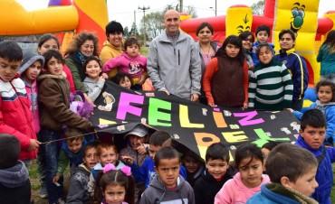 Eduardo Rodríguez compartió el festejo del Día del Niño en una amplia barriada