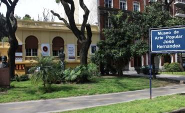 Obras de artesanos locales expuestas en el Museo de Arte Popular José Hernández