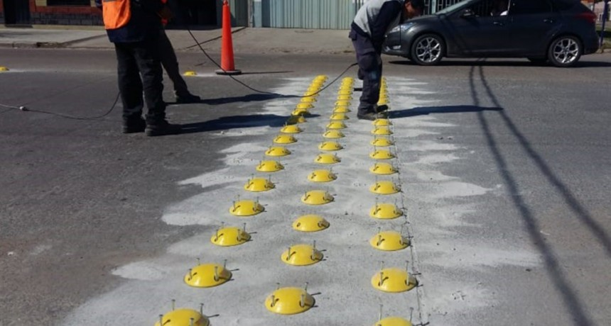 Se instalan tachas en cruces ferroviarios