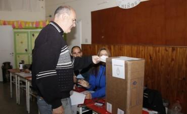 El candidato a primer Consejero Escolar votó en la Escuela Mariano Moreno