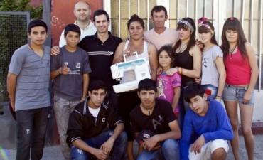 """""""La Higuera"""" entregó una máquina de coser para """"Los Reyes de la Noche"""", batucada del Barrio Lourdes"""