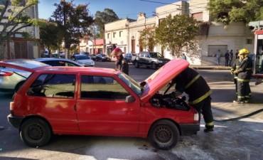 Un automóvil tomó fuego en pleno centro