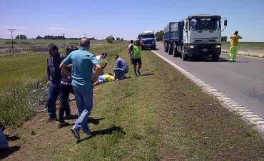 Tres ciclistas fueron chocados por un camión
