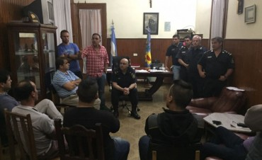 La policía se reunió con dueños de remises: habrá operativos nocturnos