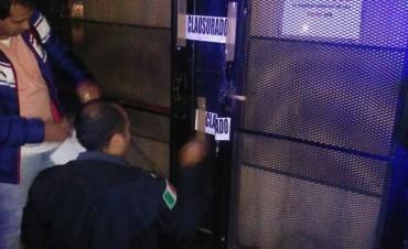 La policía clausuró bar céntrico