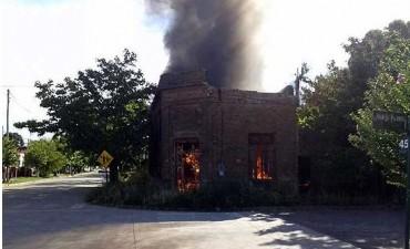 Incendio de una vivienda deshabitada en Hinojo