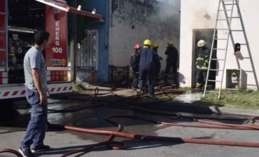Un voraz incendio arrasó una casa
