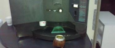 Joven ingeniero inventó una máquina cebadora de mate