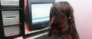 Detienen a una docente por acosar a un chico a través de Facebook