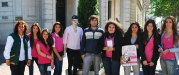 """""""Lolas en Campaña 2012"""": entrega de folletos y lazos rosas en el Paseo """"Padre Jesús Mendía"""""""