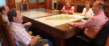 Azul: El intendente Inza entregó un subsidio a la Comisión Administradora del  Teatro Español