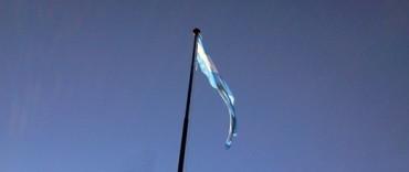 Con una buena cantidad de público: chicos y soldados juraron la bandera