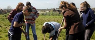Estudiantes del Colegio Libertas plantaron árboles en el predio de APOAA